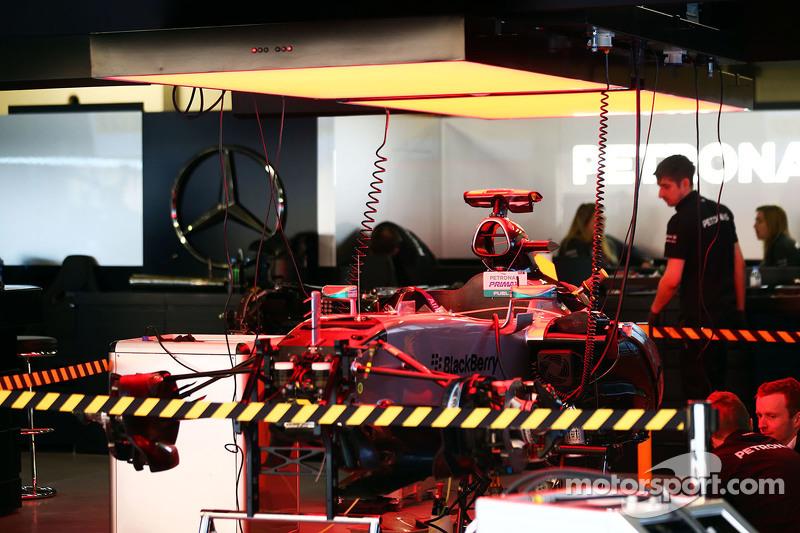 Mercedes AMG F1 W06 pitte kuruluyor