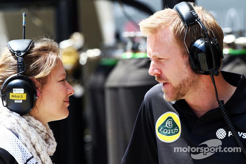 Jennie Gow, reportera en los pits de la BBC Radio 5 Live con Andy Stobart, oficial de prensa de Lotu