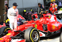 Lewis Hamilton, Mercedes AMG F1 looking di Ferrari