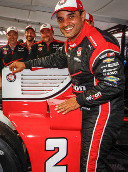 Ganador de la pole Juan Pablo Montoya, del equipo Penske Chevrolet
