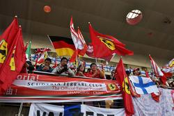 Fans und Flaggen auf den Tribünen