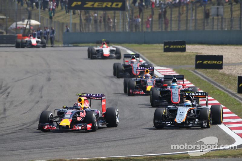 Daniil Kvyat, Red Bull Racing RB11 dan Sergio Perez, Sahara Force India F1 VJM08 bertarung memperebutkan posisi