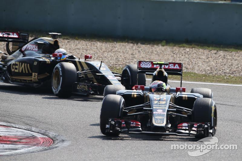 Pastor Maldonado, Lotus F1 E23, vor Teamkollege Romain Grosjean, Lotus F1 E23