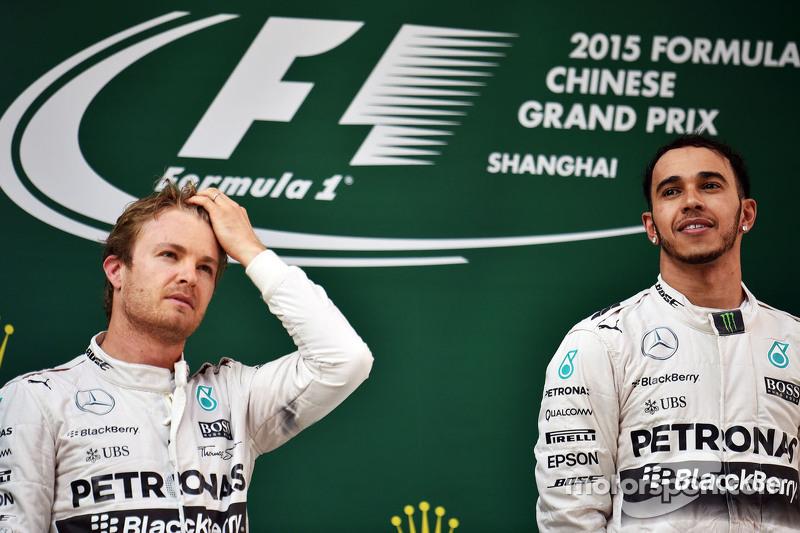 Podium : le deuxième Nico Rosberg Mercedes AMG F1 avec le vainqueur Lewis Hamilton Mercedes AMG F1