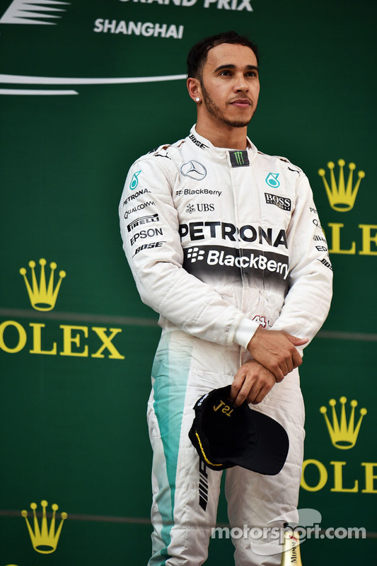 Le vainqueur Lewis Hamilton Mercedes AMG F1 sur le podium