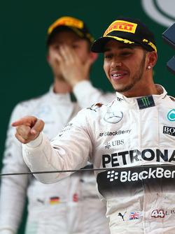 Le vainqueur Lewis Hamilton Mercedes AMG F1 avec le deuxième Nico Rosberg Mercedes AMG F1 W06