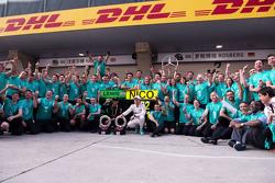 Le vainqueur Lewis Hamilton Mercedes AMG F1 W06 et le deuxième Nico Rosberg Mercedes AMG F1 fêtent leur résultat avec l'équipe