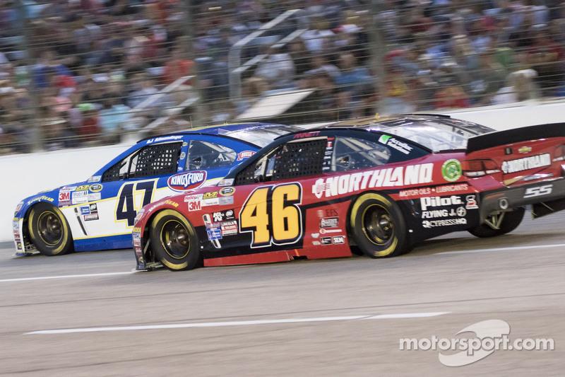 Michael Annett, HSCott Motorsports Chevrolet ve A.J. Allmendinger, JTG Daugherty Racing Chevrolet