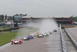 Juan Pablo Montoya, Team Penske Chevrolet líder en la arrancada.