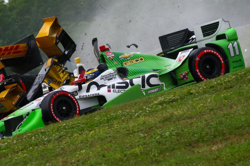 Simon Pagenaud, Team Penske, Chevrolet; Ryan Hunter-Reay, Andretti Autosport, Honda, und Sebastien Bourdais, KVSH Racing, mit Unfall