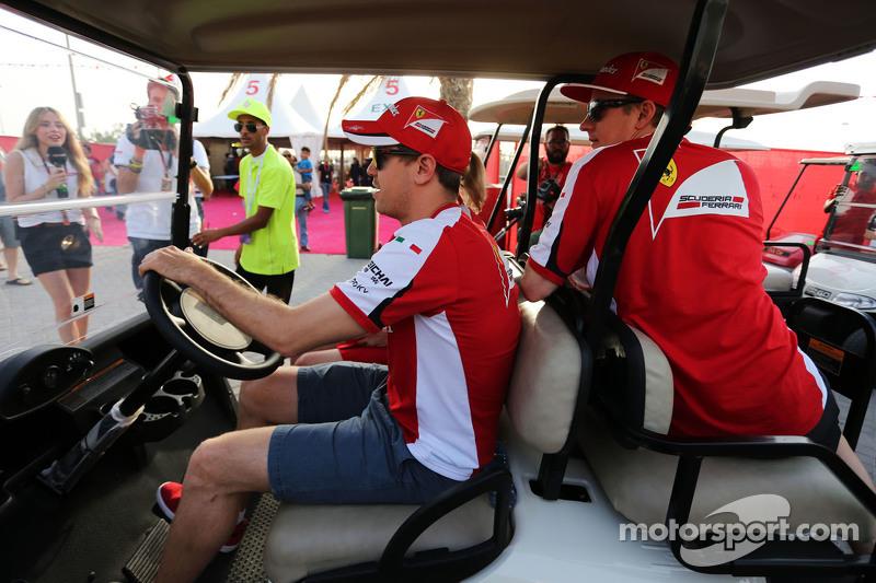 Sebastian Vettel, Ferrari, fährt ein Golfcart mit Kimi Räikkönen, Ferrari, und Britta Roeske, Ferrari, Pressevertreterin