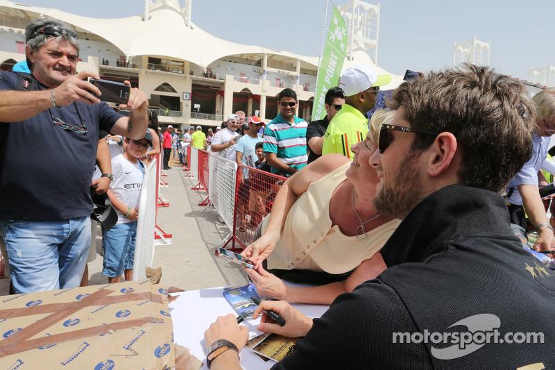 Romain Grosjean, Lotus F1 Team, mit Fans