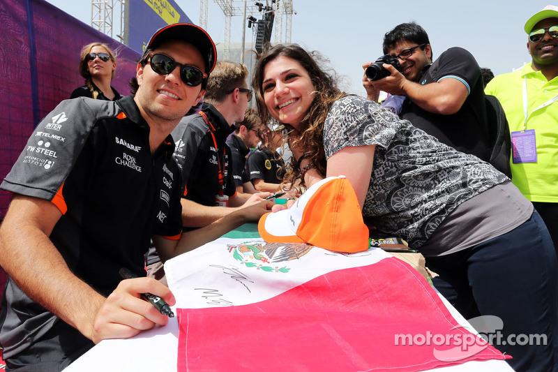 Sergio Perez dan Nico Hulkenberg, Sahara Force India F1 memberi fans tanda tangan