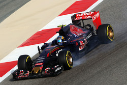 Carlos Sainz Jr., Scuderia Toro Rosso STR10 locks up saat mengerem