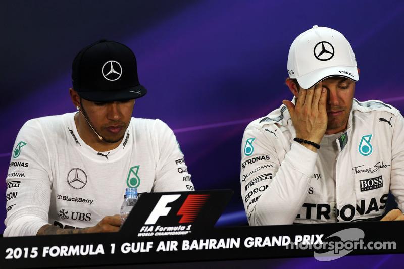 Lewis Hamilton, Mercedes AMG F1, und Teamkollege Nico Rosberg, Mercedes AMG F1, in der FIA-Pressekon