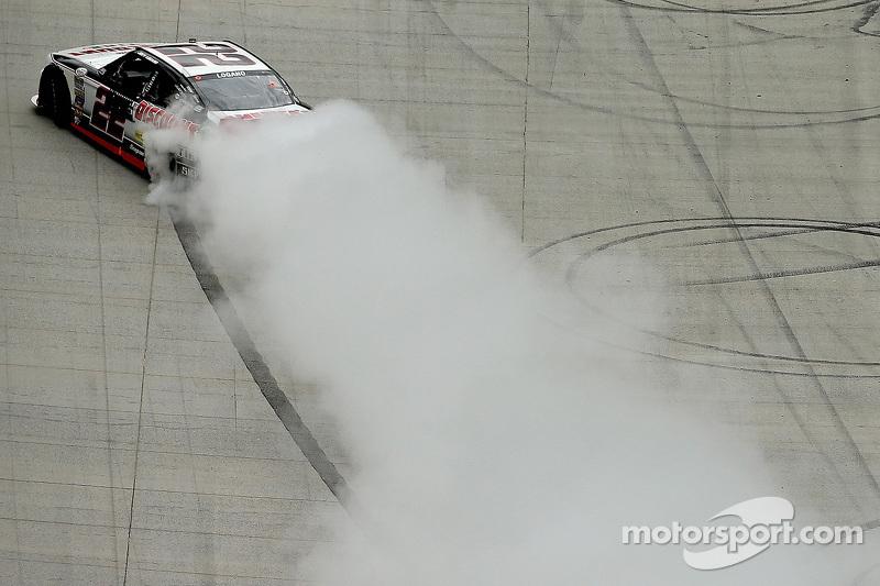 Pemenang balapan, Joey Logano, Team Penske Ford bersuka cita