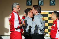 Maurizio Arrivabene, director del equipo Ferrari con Paul Hembery, Pirelli Motorsport director