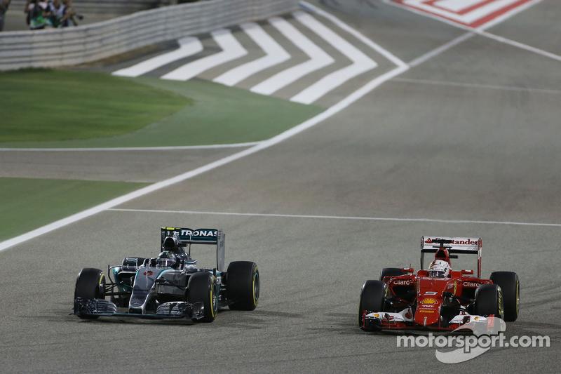 尼克·罗斯伯格, 梅赛德斯AMG车队 F1 W06赛车,和塞巴斯蒂安·维特尔, 法拉利 SF15-T,争夺位置