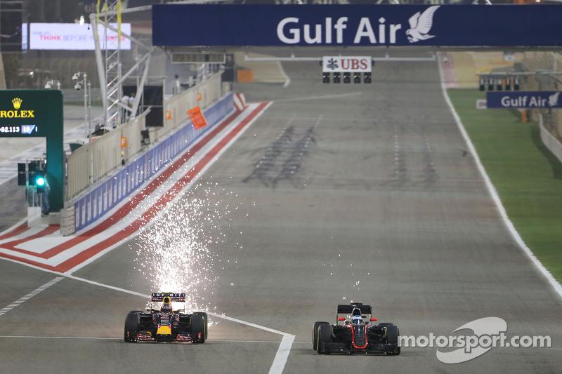 Daniil Kvyat, Red Bull Racing RB11 dan Ferndano Alonso, McLaren MP4-30 bertarung memperebutkan posis
