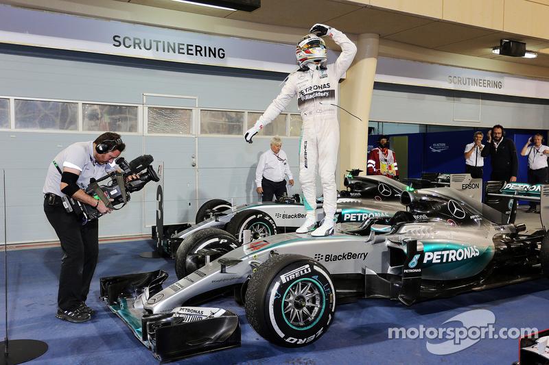 1. Lewis Hamilton, Mercedes AMG F1 W06, feiert im Parc Fermé