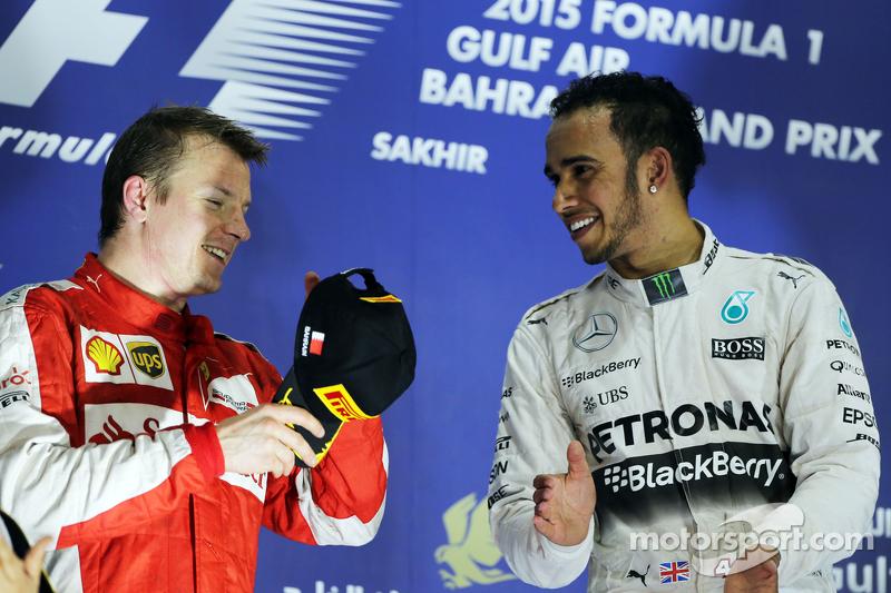 Das Podium: 2. Kimi Räikkönen, Ferrari; mit 1. Lewis Hamilton, Mercedes AMG F1