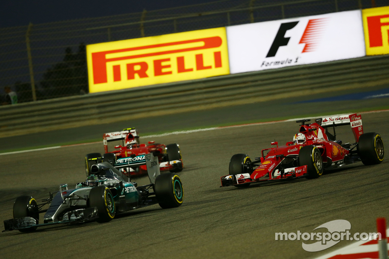 Nico Rosberg, Mercedes AMG F1 W06, dan Sebastian Vettel, Ferrari SF15-T battle for position