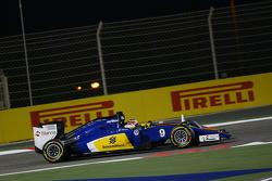 Marcus Ericsson, Sauber C34 y Nico Hulkenberg, Sahara Force India F1 VJM08 batalla port la posicón