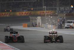 Fernando Alonso, McLaren MP4-30 et Pastor Maldonado, Lotus F1 E23 en lutte pour une position
