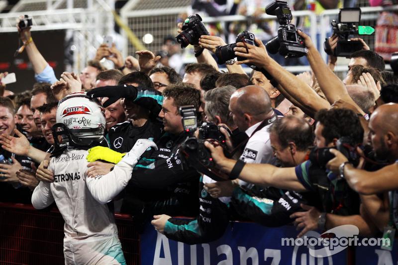 الفائز بالسباق، لويس هاميلتون، مرسيدس إيه أم جي للفورمولا واحد، يحتفل في منطقة البارك فيرمي
