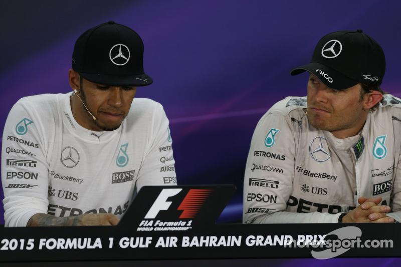 Lewis Hamilton, Mercedes AMG F1, mit Teamkollege Nico Rosberg, Mercedes AMG F1, in der FIA-Pressekon