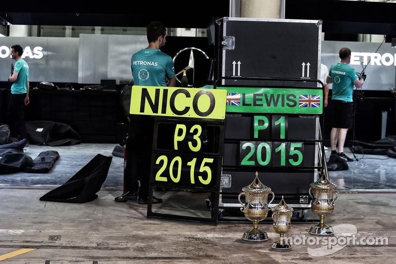 Pokale für die Plätze 1 und 3 für das Mercedes AMG F1 Team