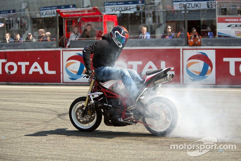 Stuntshow vor dem Rennen