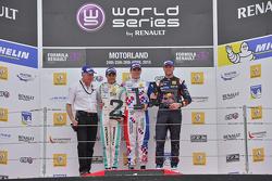 Podium: 2. Jazeman Jaafar, Fortec Motorsports; 1. Oliver Rowland, Fortec Motorsports; 3. und 1. Rook