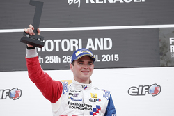 Juara balapan Oliver Rowland, Fortec Motorsports, di podium