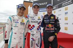 2. Jazeman Jaafar, Fortec Motorsports; 1. Oliver Rowland, Fortec Motorsports, und 3. Dean Stoneman,