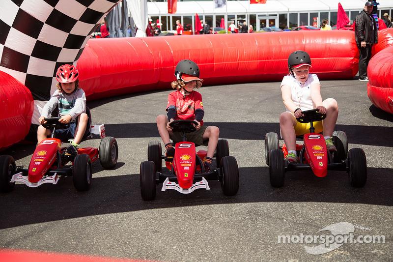 Anak kecil Ferrari balapan