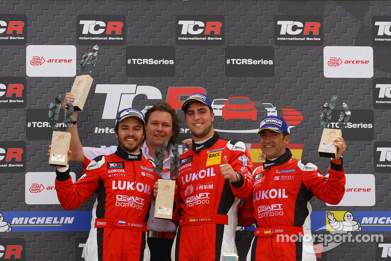 Podium Race 1, 1st position Pepe Oriola, SEAT Leon Team Craft-Bamboo LUKOIL, 2nd position Sergey Afa