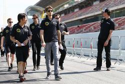 Romain Grosjean, Lotus F1 Team, recorre el circuito con Ayao Komatsu, el ingeniero de carrera del Lotus F1 Team