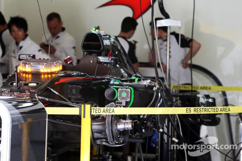 McLaren MP4-30 being підготовлено в pit garage