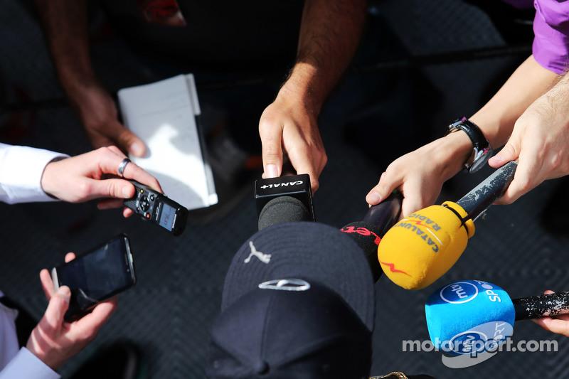 刘易斯·汉密尔顿, 梅赛德斯AMG车队,和威尔·巴士顿, NBC体育网络电视主持人,和媒体