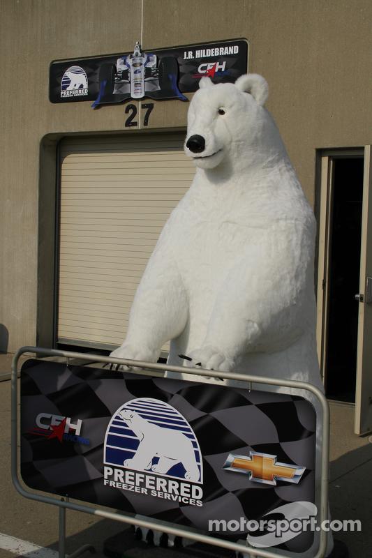 Ein Eisbär bewacht die Boxenanlage