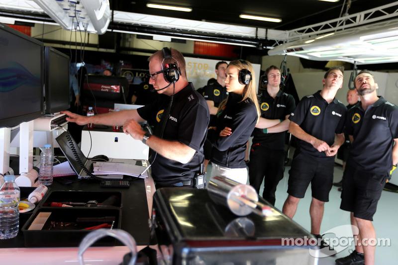 Mark Slade, Lotus F1 Team, Renningenieur, und Carmen Jorda, Lotus F1 Team, Entwicklungsfahrerin