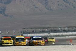 Départ de la classe ST : BMW 330i n°95 Turner Motorsport : Will Turner, Don Salama takes the lead