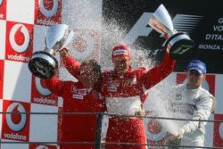 Podio: la ducha de champán Michael Schumacher y Jean Todt