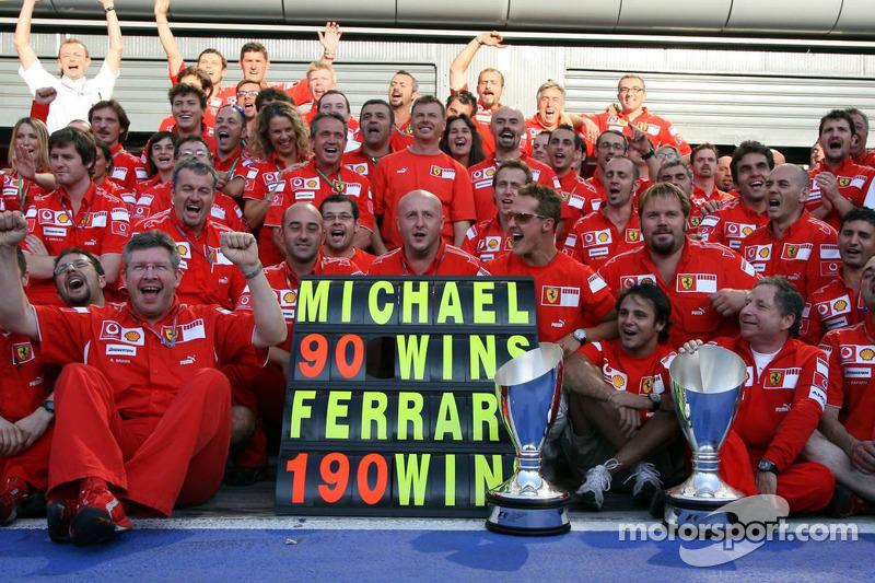 Michael Schumacher und Ferrari feiern den Sieg