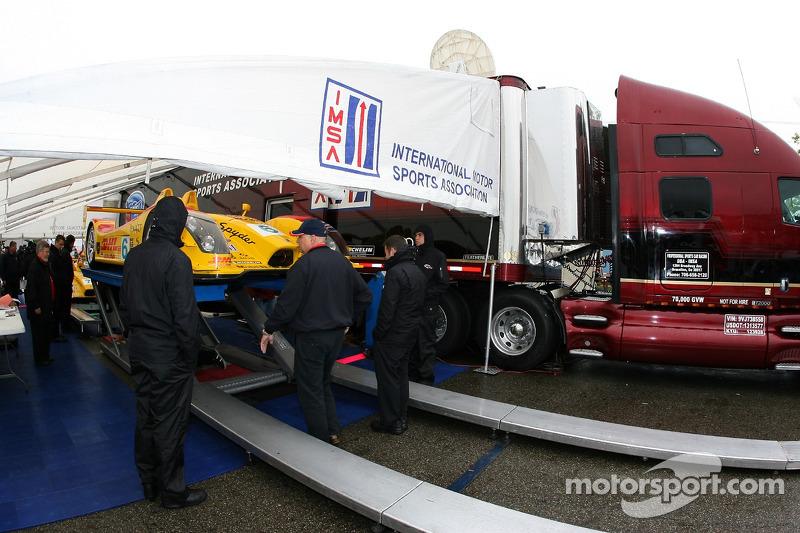 L'équipe Penske Motorsports Porsche RS Spyder à l'inspection technique