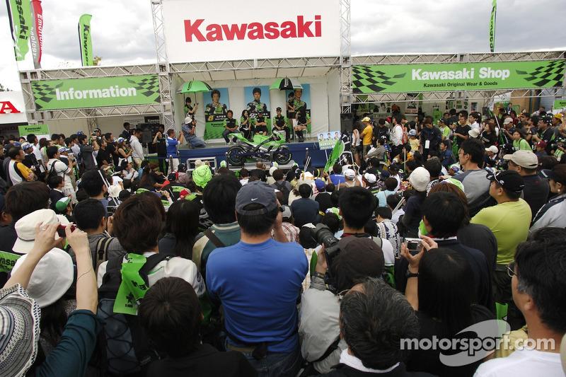 Naoki Matsudo, Randy de Puniet y Shinya Nakano con fans