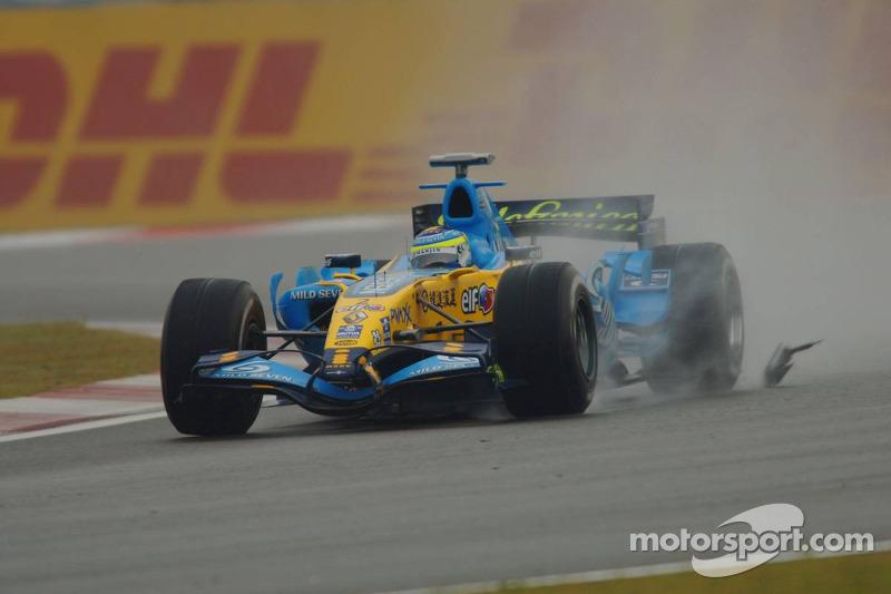 Giancarlo Fisichella sobre espejo de ala de Kimi Raikkonen McLaren Mercedes