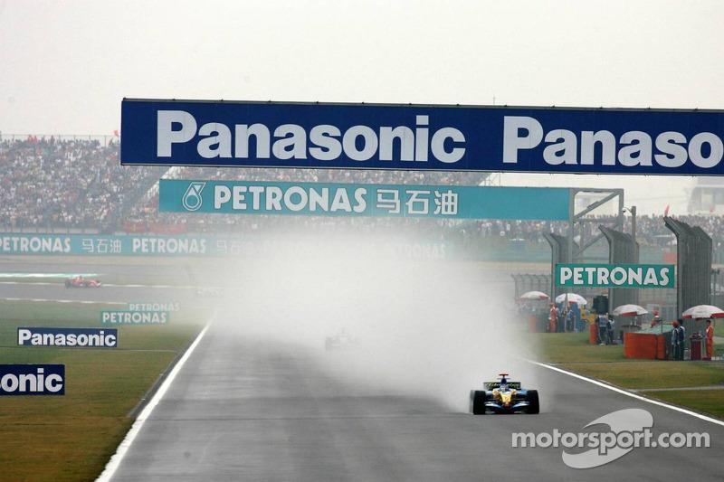 Fernando Alonso devant the field