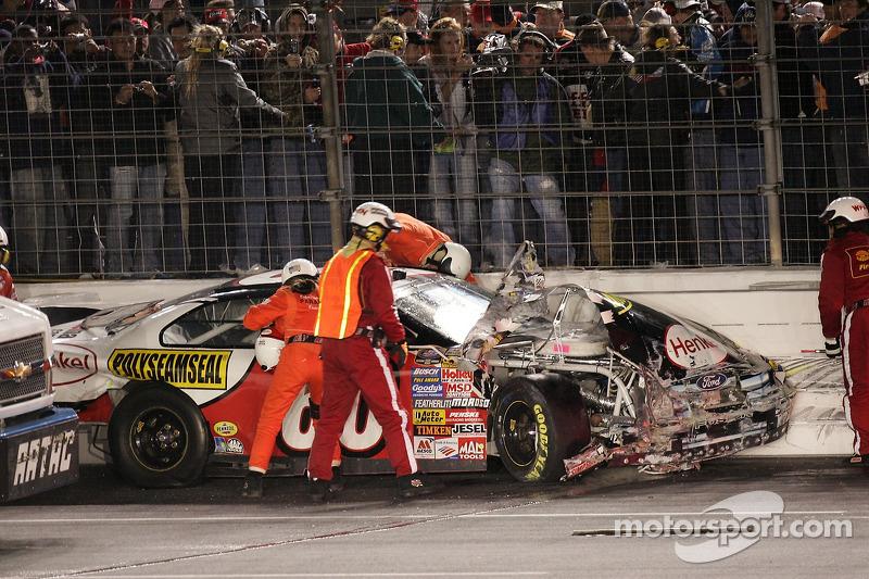 Carl Edwards sort de sa voiture